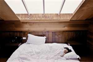Bei akuten Schlafstörungen können pflanzliche Mittel zur Nachtruhe verhelfen
